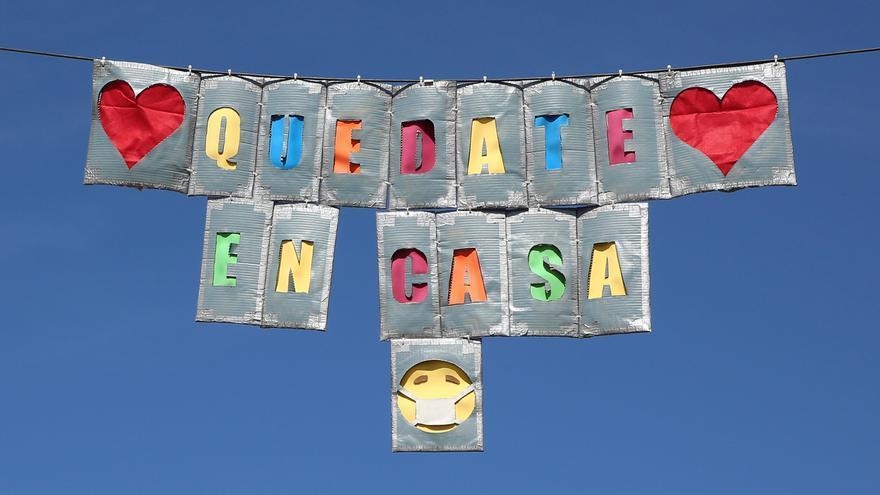 Carteles con el lema  'Quédate en Casa' en Vecindario.