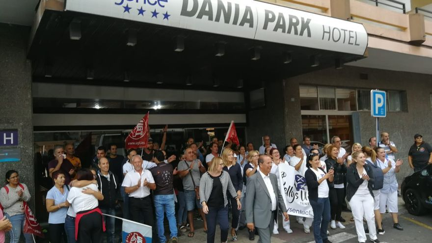 Trabajadores en la entrada principal del Dania Park, en Puerto de la Cruz, este martes durante la protesta