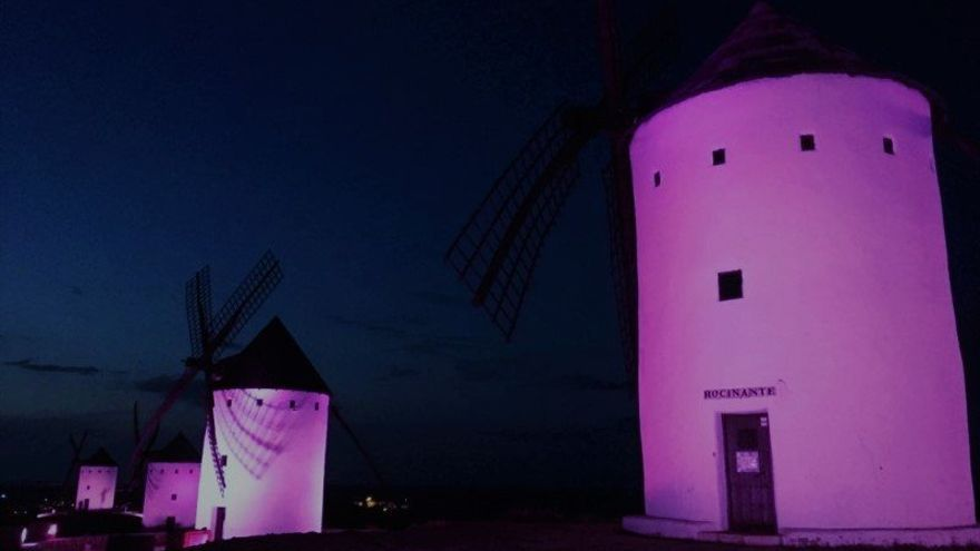 Los molinos de Alcázar de San Juan, iluminados de violeta