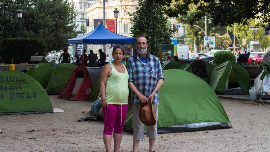 Fernando y Paloma en la acampada sin techo delante del Ayuntamiento de Madrid.