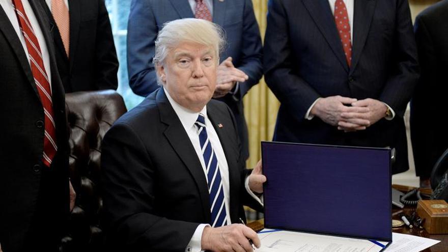 Trump ordena contratar a 15.000 nuevos agentes y acelerar las deportaciones