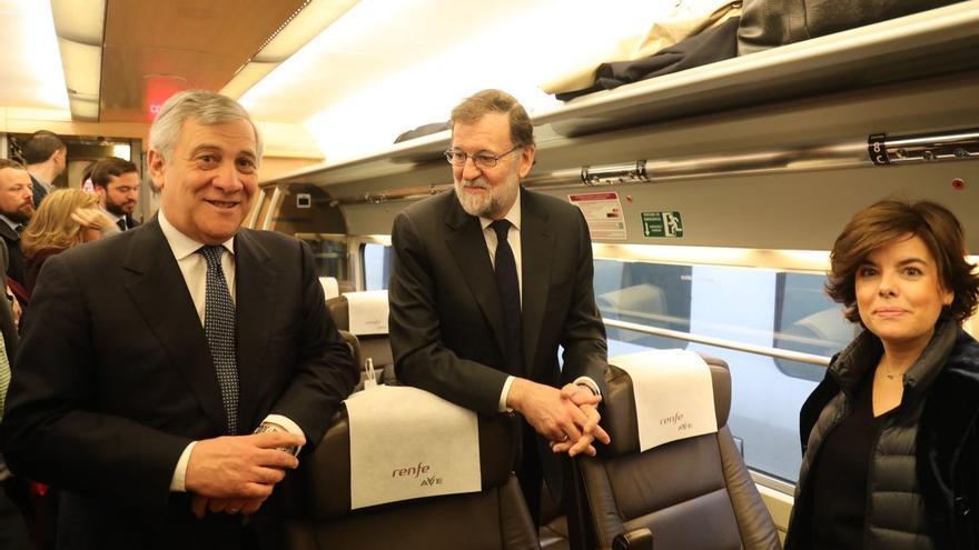 Soraya Sáenz de Santamaría junto a Mariano Rajoy y Antonio Tajani en el AVE a Valencia