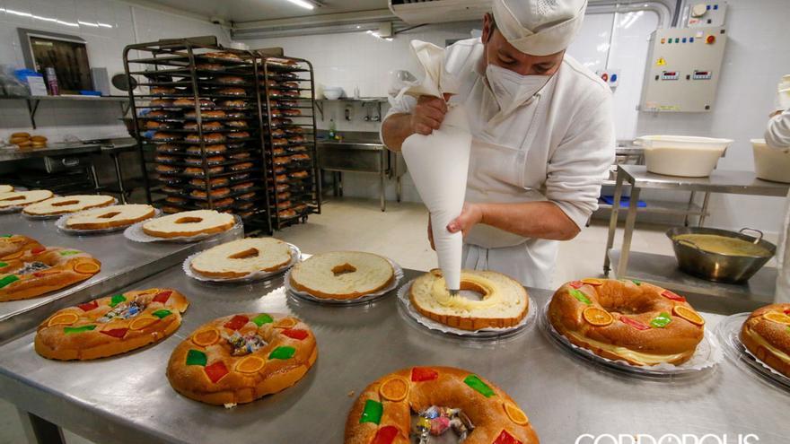 Los pasteleros de Deza preparan los tradicionales roscones de Reyes | ÁLEX GALLEGOS