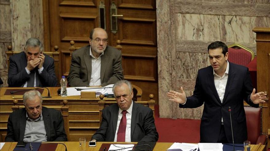 Tsipras dice que la gestión de los refugiados recae en Grecia tras el cierre de fronteras