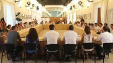 Alcaldes de IULV-CA durante el intento de encierro en el Parlamento andaluz para exigir a la Junta el pago de los planes de empleo