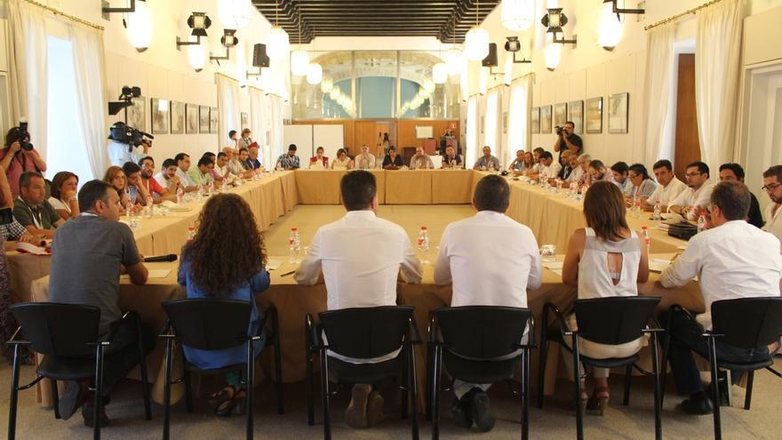 Alcaldes de IULV-CA se encierran en el Parlamento andaluz para exigir a la Junta el pago de los planes de empleo