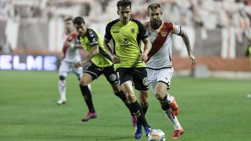 Muñoz pelea por un balón frente al Rayo Vallecano