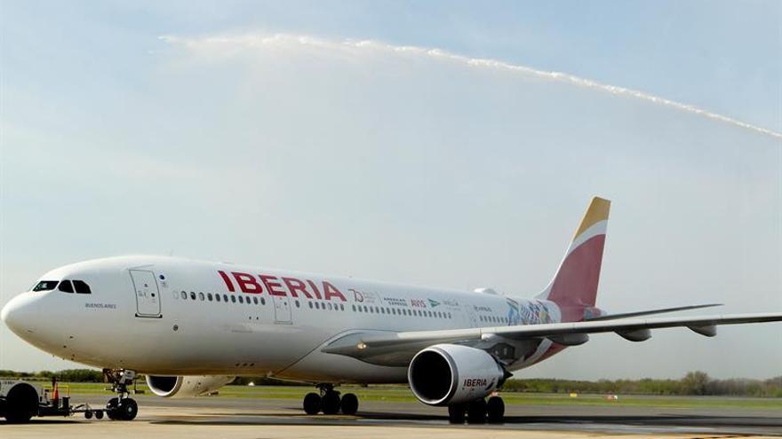 """Argentina """"bautiza"""" avión de Iberia tras 70 años del primer vuelo con España"""