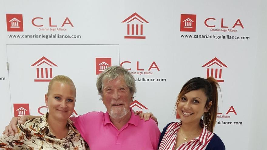 Hoeyer, cliente noruego de Anfi que ha recuperado más de 100.000 euros, junto a Anja Petersen y Cristina Batista, administrativa y abogada de Canarian Legal Alliance, respectivamente.