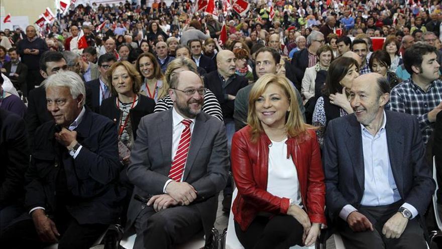Elena Valenciano y Felipe González, juntos en un acto electoral con Martin Schulz