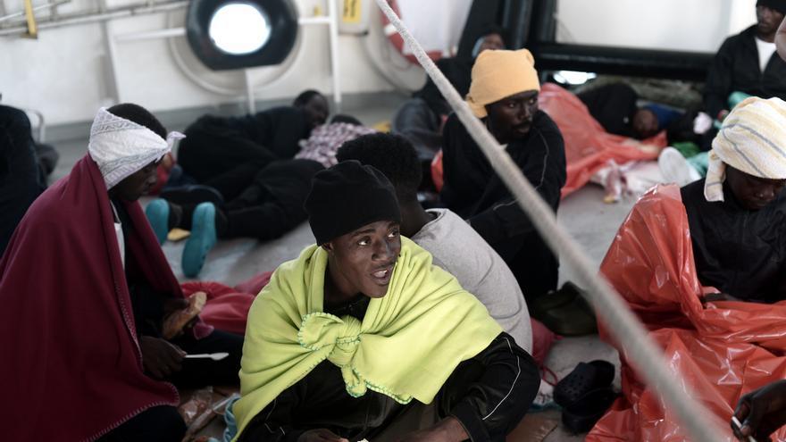 Foto tomada a bordo del Aquarius en la noche del 13 de junio. El personal del buque tuvo que atender muchos casos de mareo debido al empeoramiento de las condiciones meterológicas.