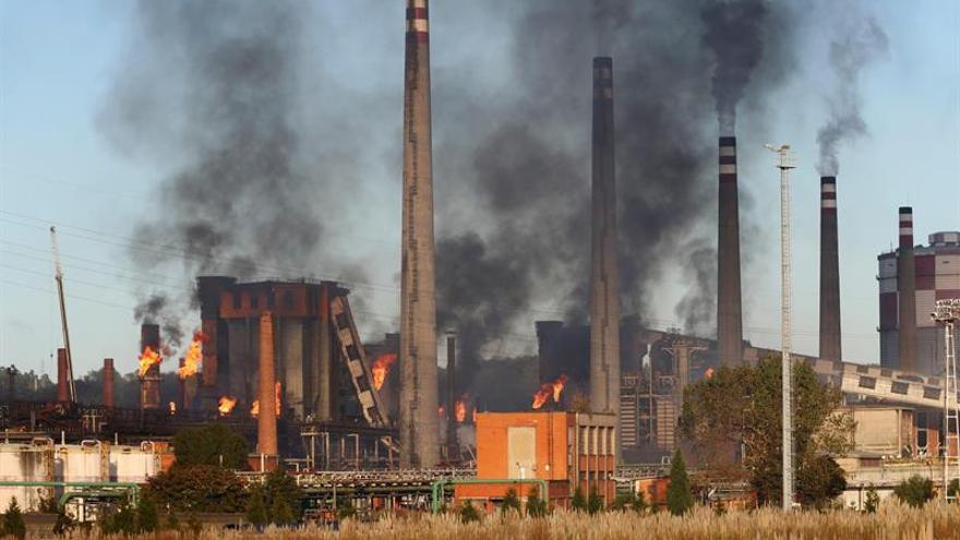 Controlado el incendio en la factoría de ArcelorMittal de Avilés