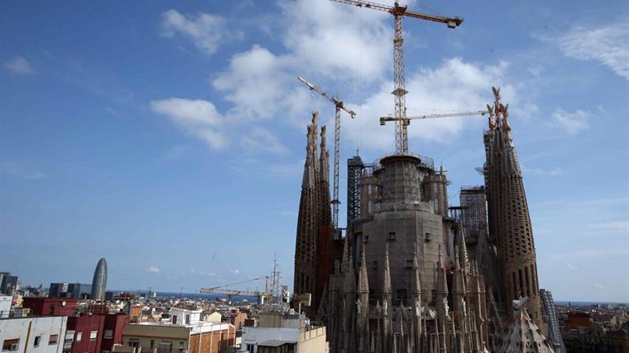 La Sagrada Familia replica que edifica el templo acorde con el proyecto de Gaudí