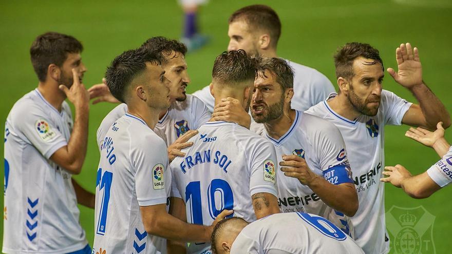Los futbolestas del Tenerife celebran el gol del Fran Sol