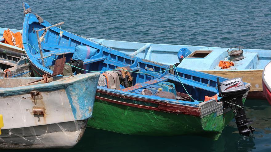 Salvamento Marítimo comienza a retirar las pateras hacinadas en el Muelle de Arguineguín
