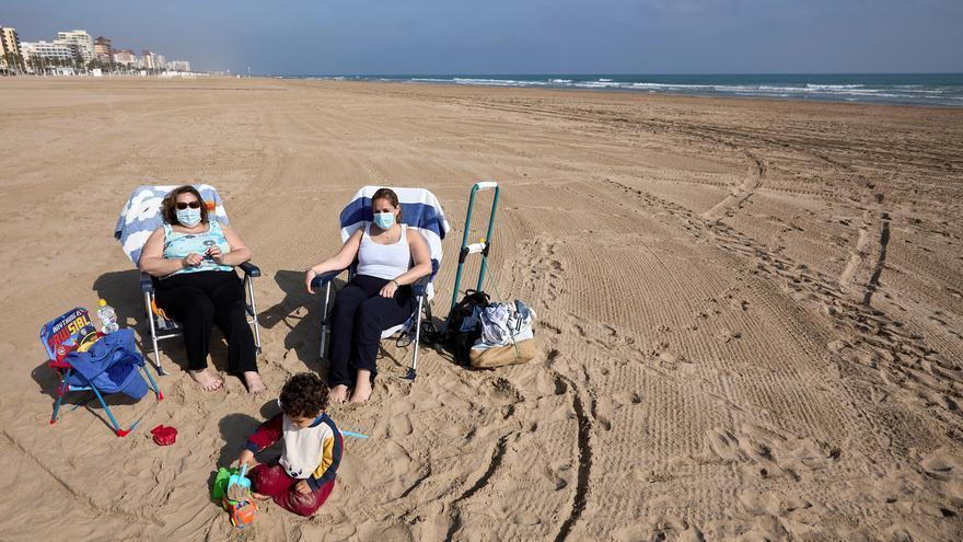 La Comunitat Valenciana propone no usar la mascarilla al tomar el sol en la playa