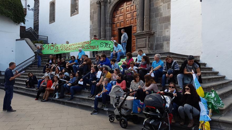 Concentración de docentes, este miércoles, en la plaza de España. Foto: LA PALMA AHORA
