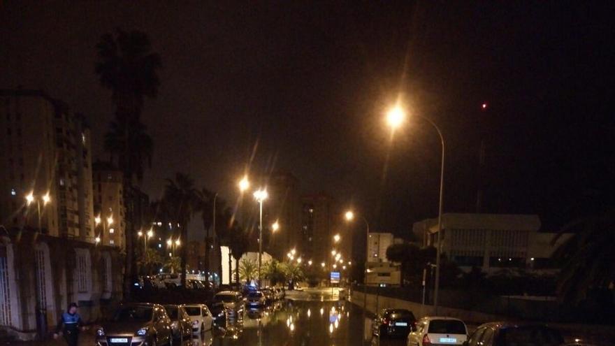 Pequeña inundación en la calle Alicante de Las Palmas de Gran Canaria.