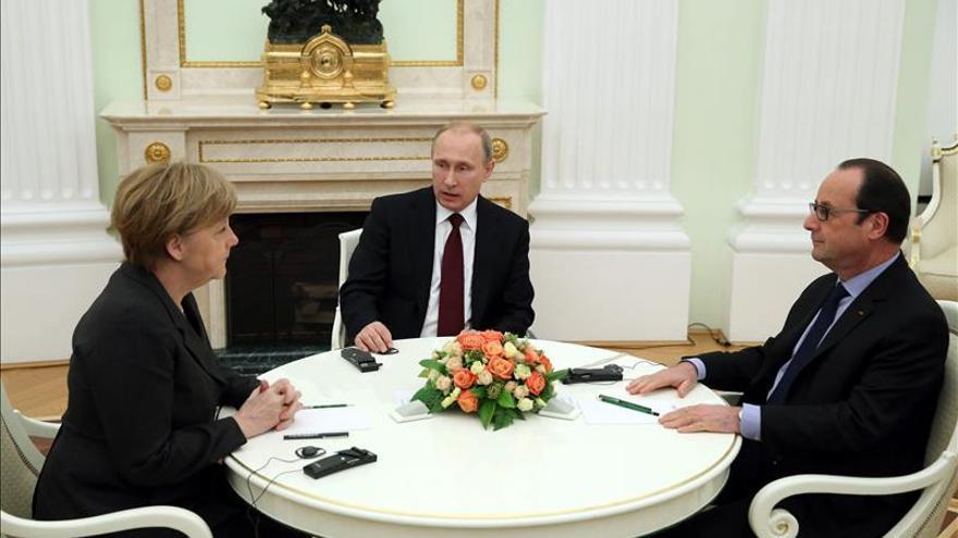 Hollande y Merkel deciden juntos esta mañana si van a la cumbre de Minsk