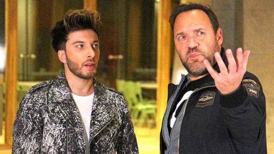 Blas Cantó atiende las instrucciones del director de las postales de Eurovisión