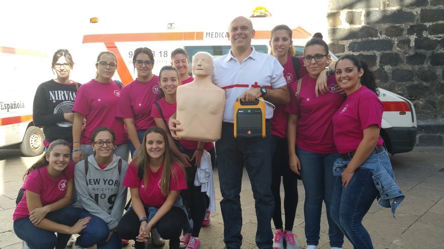 En la imagen, Fran Ferraz con alumnas del IES Cándido Marante. Foto: LUZ RODRÍGUEZ.
