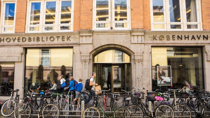 Bicicletas aparcadas ante una biblioteca pública de Copenhague. Obtenida de Flickr, CC.
