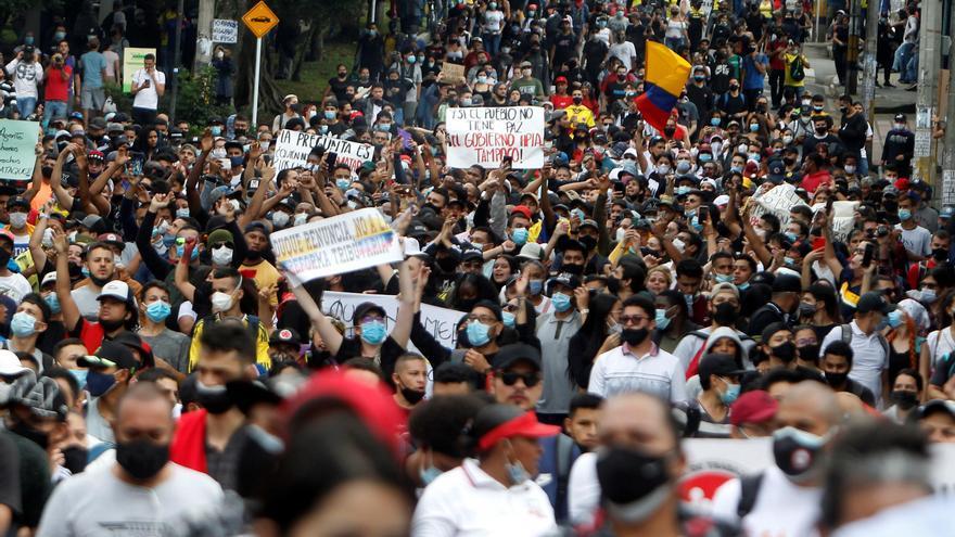 El rechazo a la impopular reforma fiscal pone a prueba a Duque y sacude a Colombia