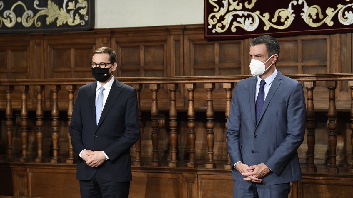 Pedro Sánchez junto al primer ministro de Polonia, Mateusz Morawiecki, durante una cumbre bilateral celebrada en Alcalá de Henares.