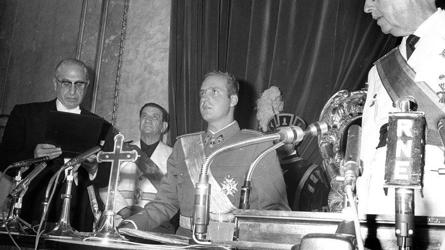 Madrid, 23 de julio de 1969.- El Príncipe Don Juan Carlos de Borbón juró esta tarde ante el pleno de las Cortes, lealtad al Jefe del Estado y fidelidad a los Principios del Movimiento y a las Leyes Fundamentales del Reino, de acuerdo con la ley aprobada ayer por la cámara y en cumplimiento de lo preceptuado en el artículo noveno de la Ley de Sucesión y en el 50 de la Ley Orgánica del Estado. En la imagen, discurso del presidente de las Cortes, Antonio Iturmendi Bañales, durante el acto.- EFE / jt
