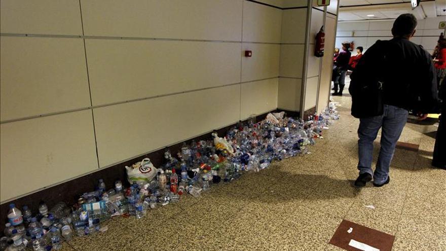 La basura se sigue amontonando en Barajas por la huelga de  limpieza