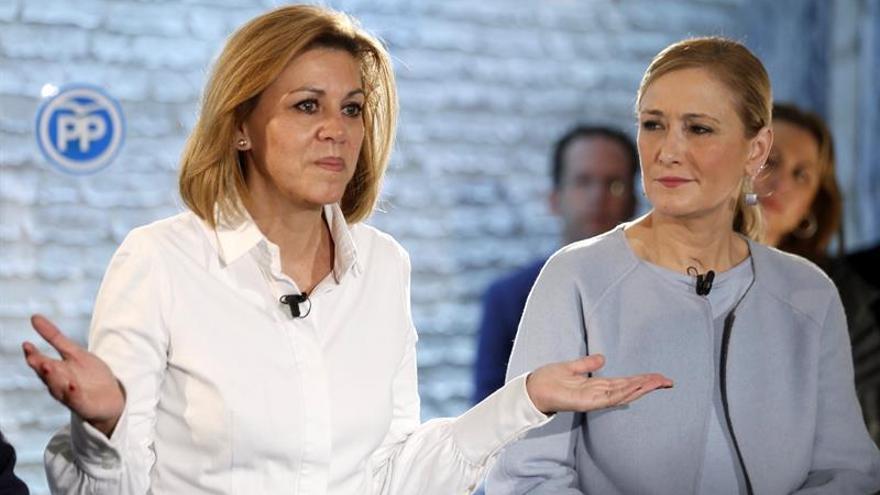 La secretaria general del PP, María Dolores de Cospedal, junto a la presidenta de la Comunidad y de la gestora del PP de Madrid, Cristina Cifuentes, durante su intervención en un encuentro con militantes en Alcorcón.