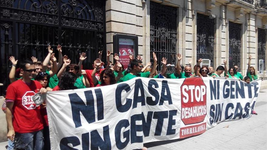 Miembros de la PAH durante su protesta en la oficina central del Banco Santander.