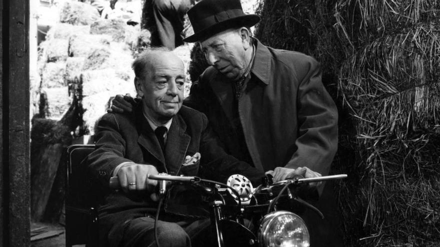 Pepe Isbert (a la derecha) interpretó a un hombre mayor que se siente arrinconado socialmente y desea un vehículo