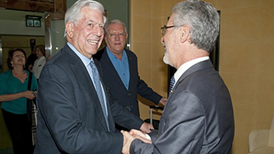 El rector José Regidor recibe a Vargas Llosa a su llegada al aeropuerto. (CANARIAS AHORA)