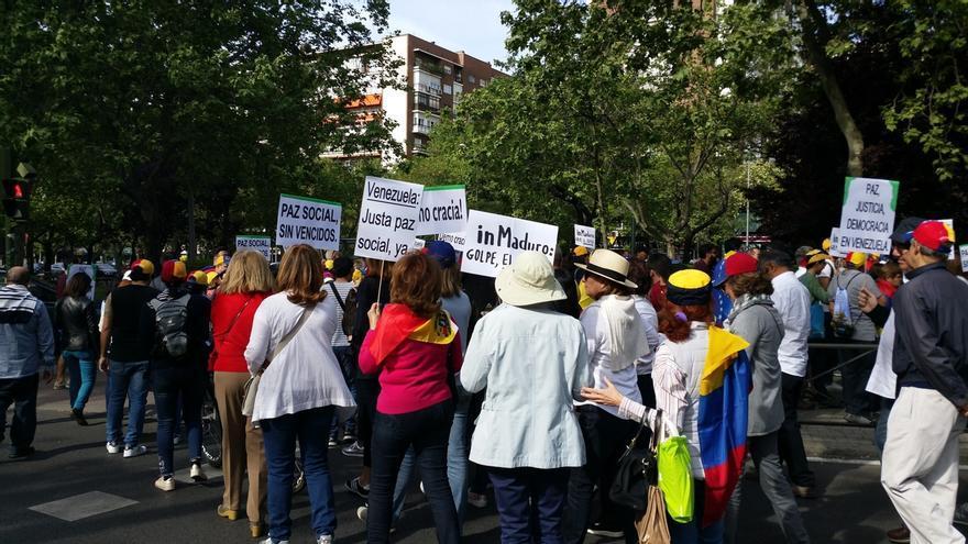 """Un centenar de venezolanos se manifiestan contra Maduro en Madrid como parte de """"la madre de todas las marchas"""""""