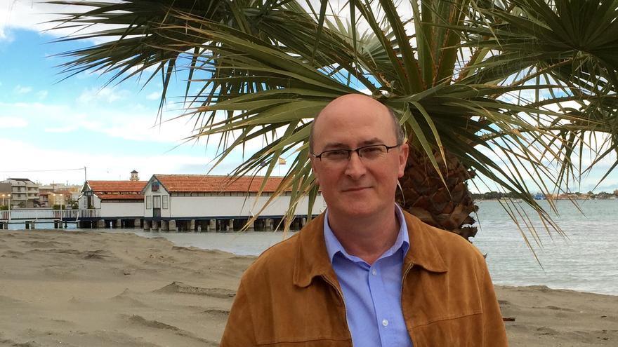 Juan Escudero, exalcalde socialista de Los Alcázares, junto al Mar Menor / MJA