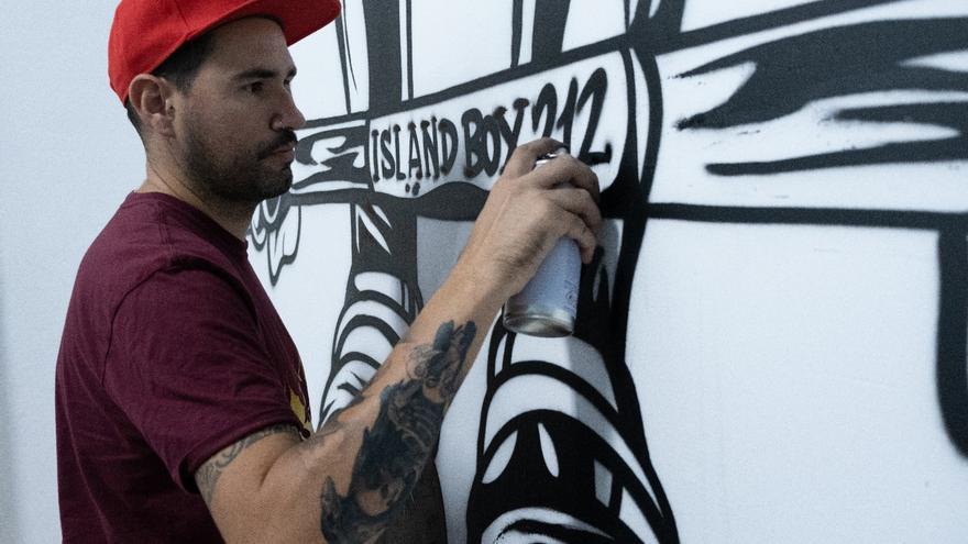 Okiman realizando uno de sus graffitis.