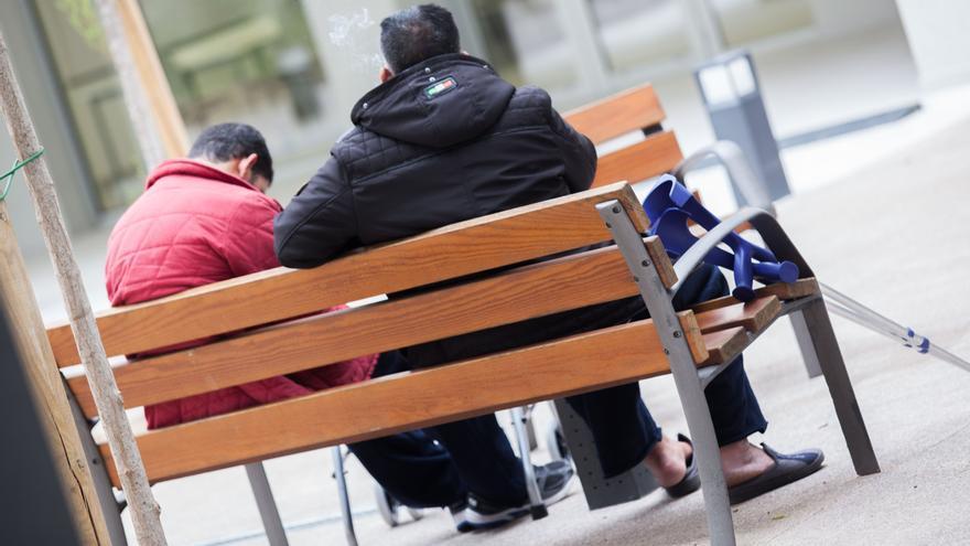Dos personas sin hogar