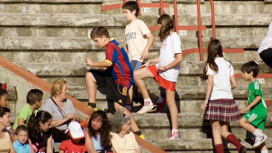 Público infantil asiste a una becerrada en la que participan alumnos de escuela de tauromaquia. Foto: AVATMA