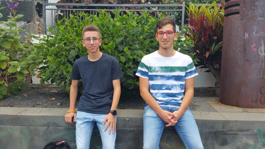 Sergio (i) y Pablo son copresidentes de la Asociación La Palma Spotting. Foto: LUZ RODRÍGUEZ.
