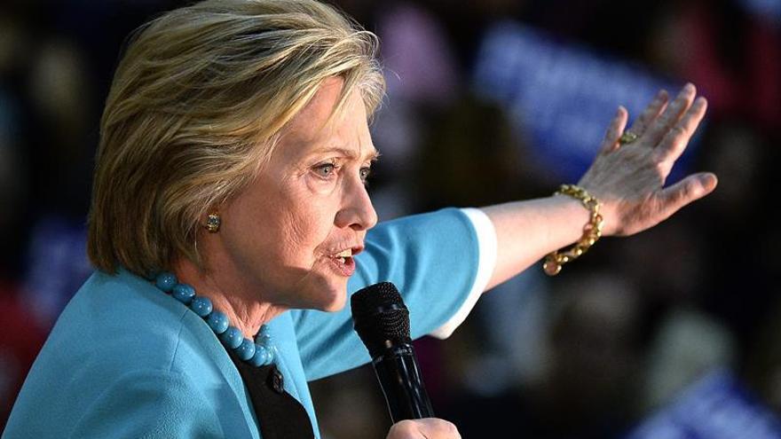 Clinton lanza cuenta de Twitter en español para apelar al voto latino