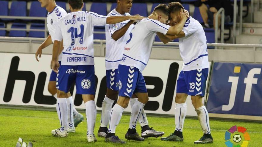 Los jugadores del CD Tenerife durante el encuentro frente al Mallorca.