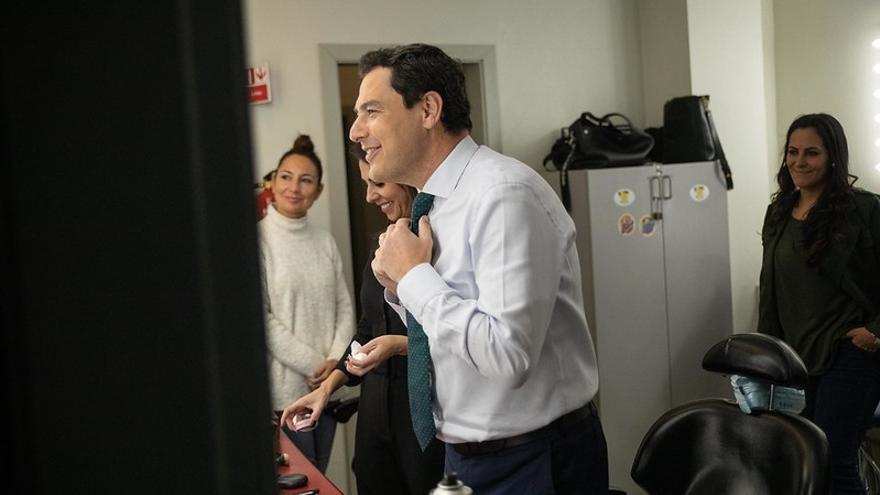 Juan Manuel Moreno, presidente andaluz, se mira al espejo antes de ser entrevistado en Canal Sur Televisión.