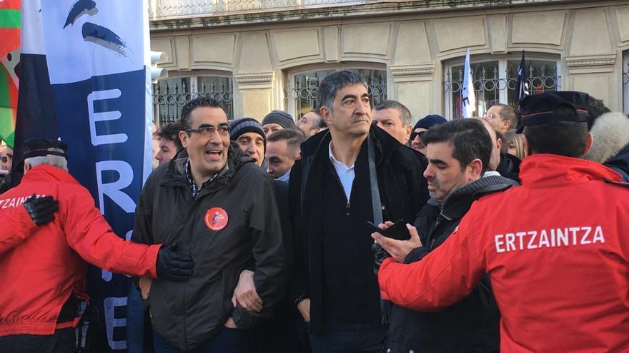 Roberto Seijo, vigilado por la Ertzaintza, en la última protesta junto al Parlamento