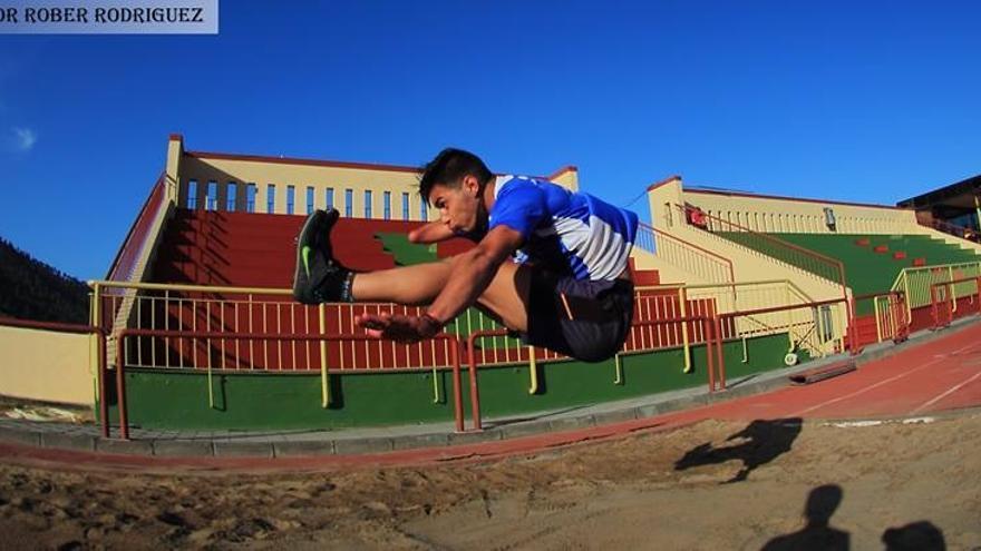 El alteta Carlos Pérez en un entrenmaineto de salto de longitud. Foto: ROBER RODRÍGUEZ