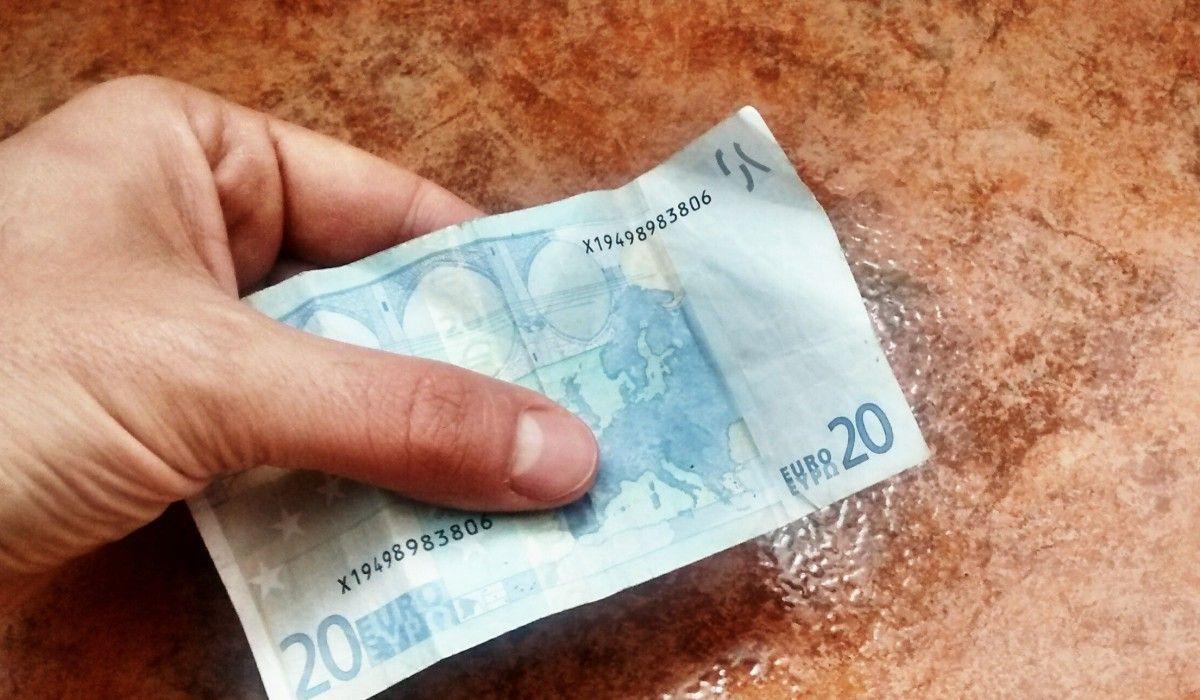 Un billete de 20 euros, cantidad más demandada para el timo del taxi | SOMOS MALASAÑA