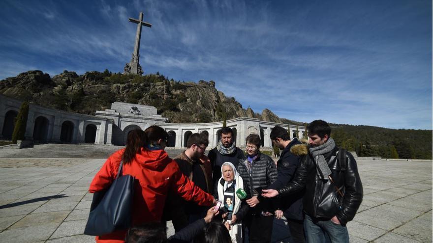 Visita de Nora Cortiñas al Valle de los Caídos.