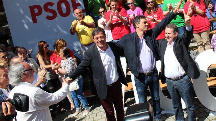 Besteiro, Pedro Sánchez y Caballero, en un mitin previo a las municipales