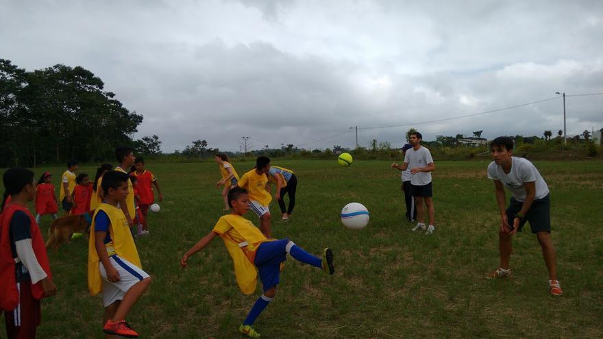 Voluntarios practicando futbol con niños del proyecto de Chillogallo en Ecuador. Foto: Fran Carril/Ayuda en Acción