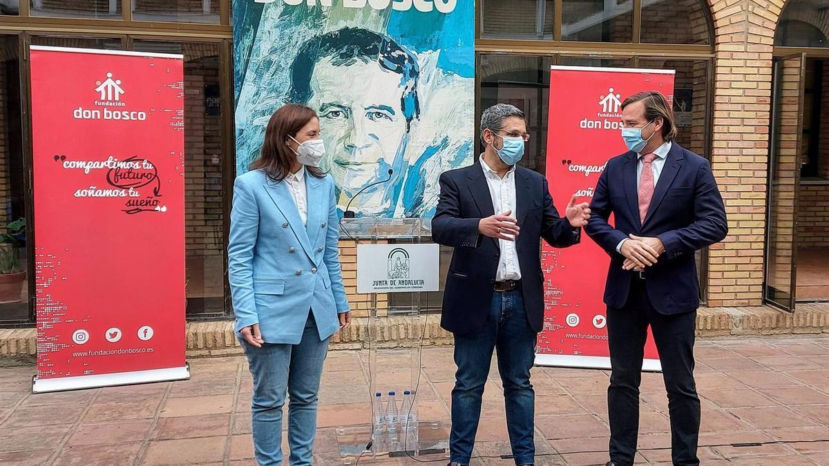 El delegado del Gobierno andaluz en Córdoba, Antonio Repullo (dcha.), junto a la delegada de Fomento, Cristina Casanueva, y el director de dicha fundación, Antonio Herrera.